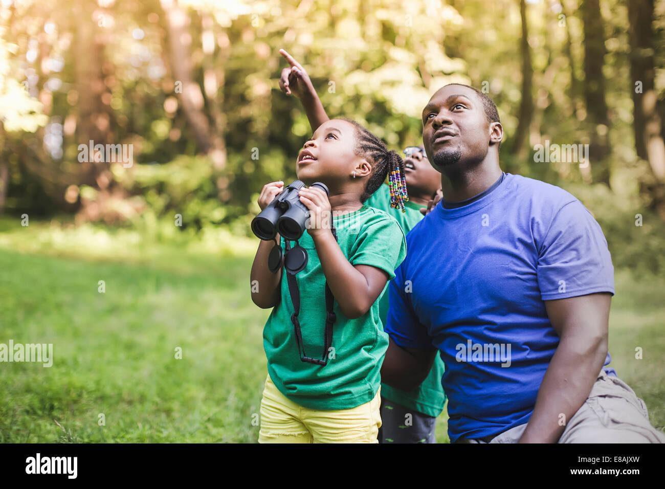 Junger Vater mit Sohn und Tochter Vogelbeobachtung in Eco Forest camp Stockbild