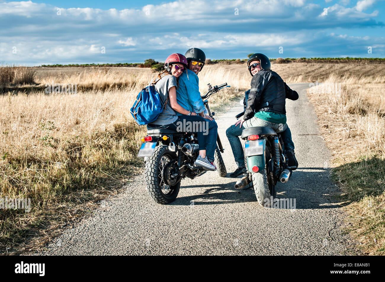 Rückansicht von drei Freunden auf Motorrädern auf Landstraße, Cagliari, Sardinien, Italien Stockbild