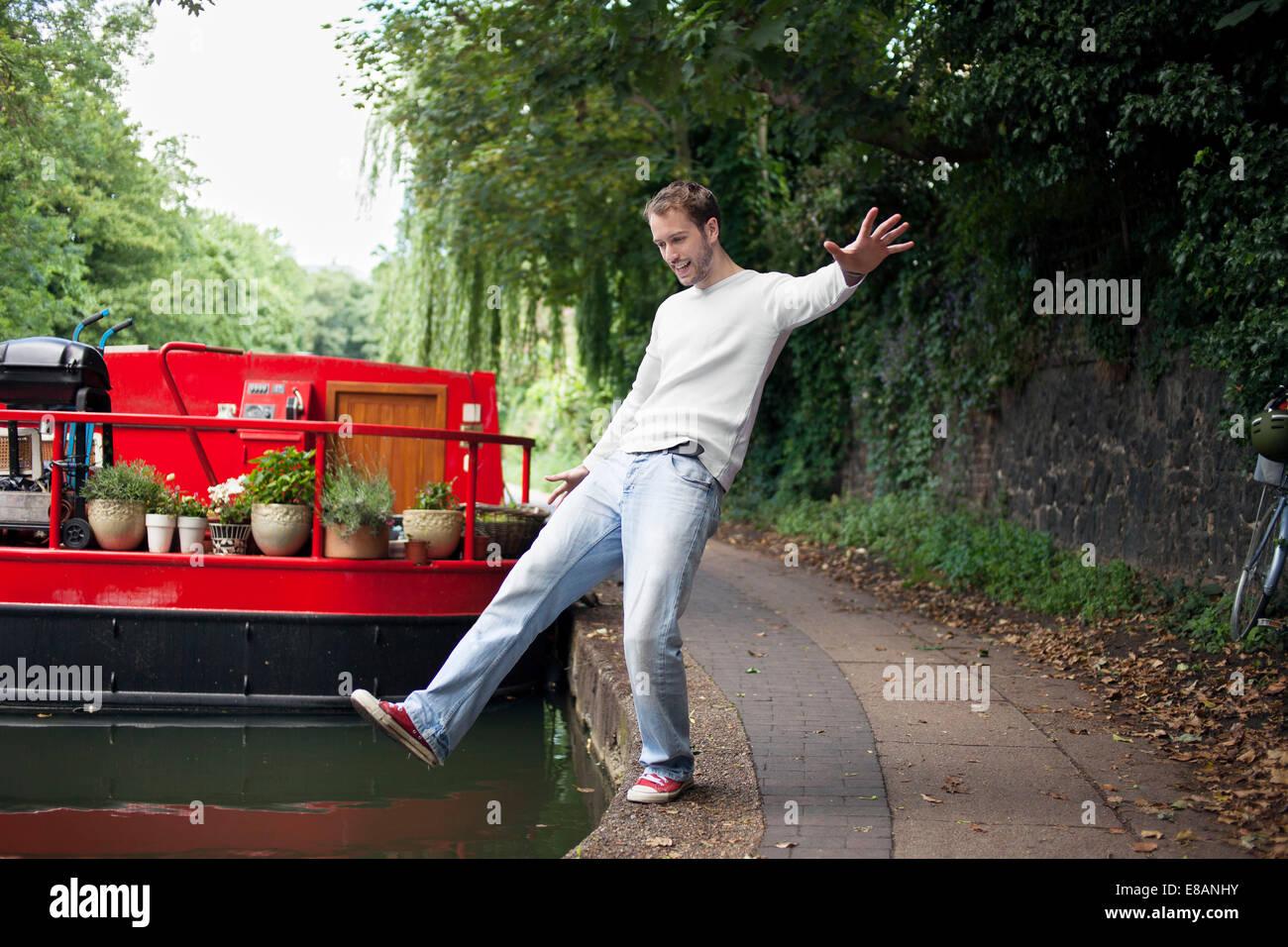 Menschen, die vorgeben zu verfallen, Kanal, East London, UK Stockbild