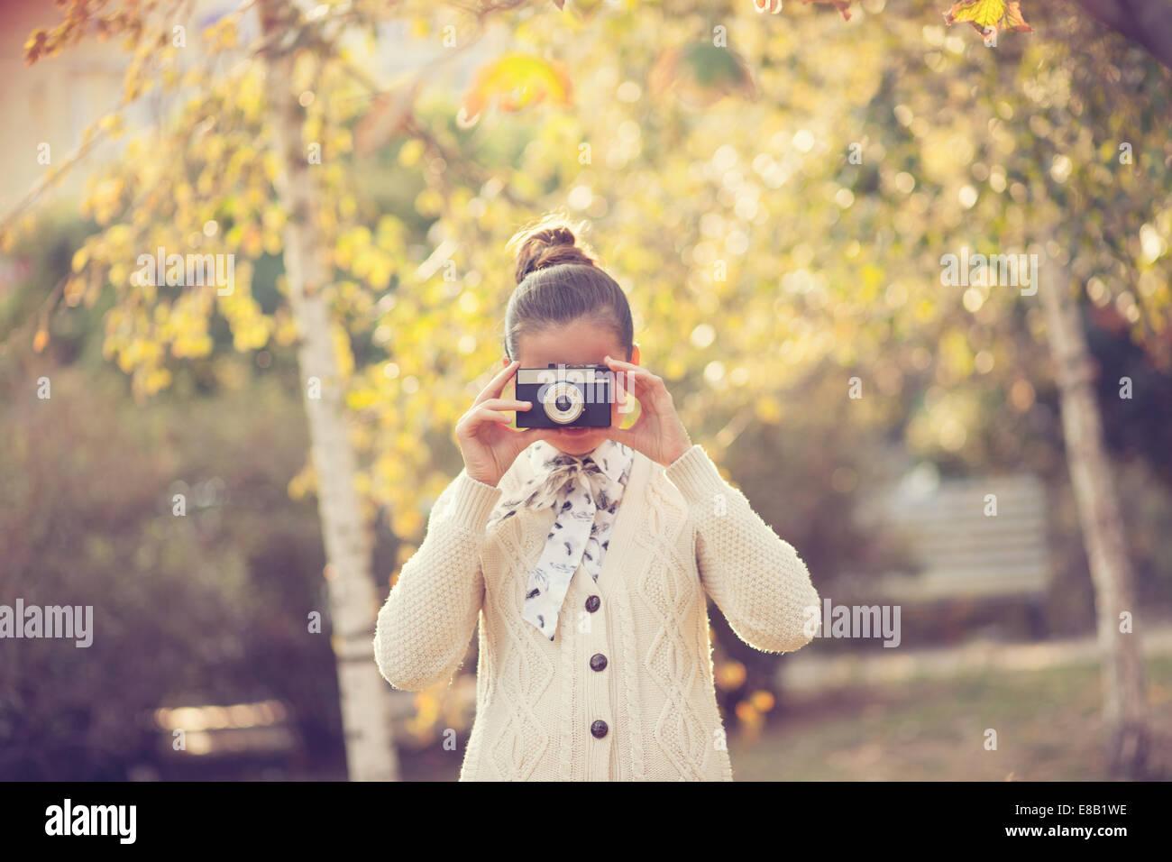 Hipster Mädchen schießen auf Film-Kamera im freien Stockbild