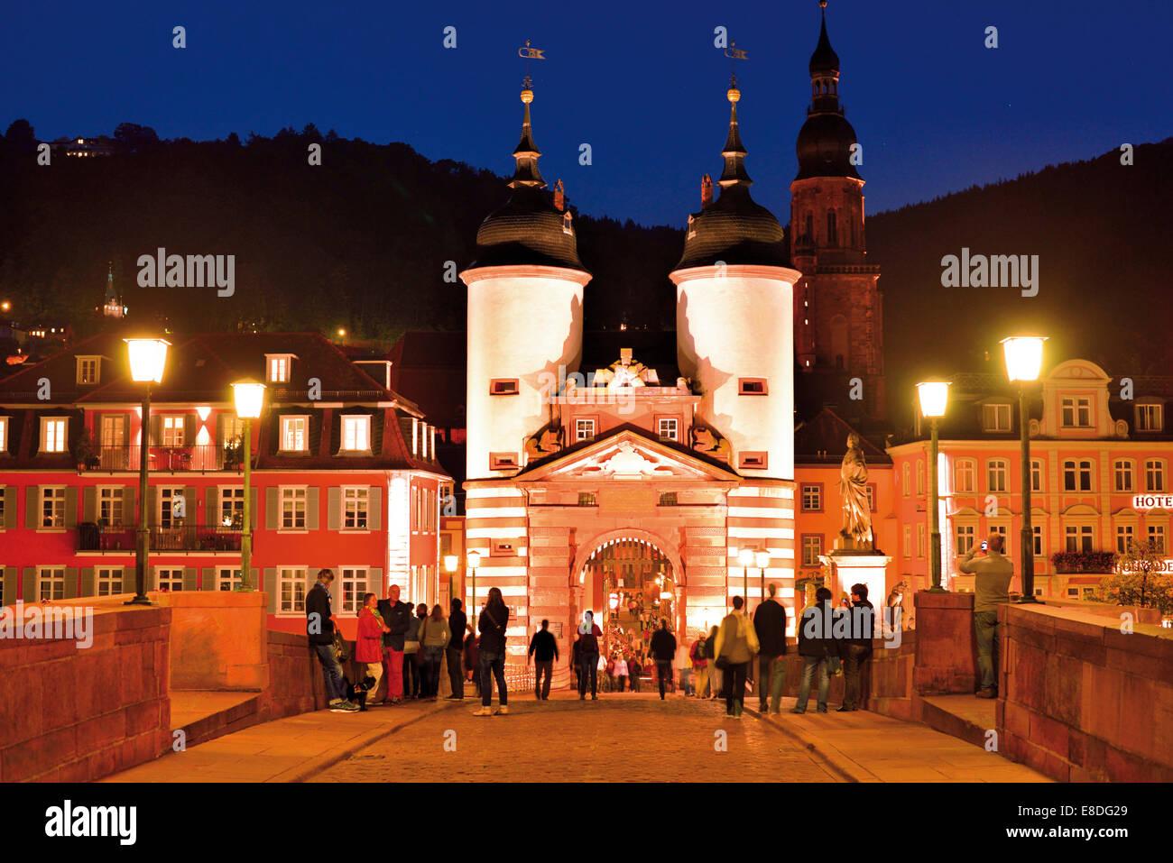 Deutschland: Nächtlicher Blick auf das mittelalterliche Portal der Heidelberg´s alte Brücke Stockbild