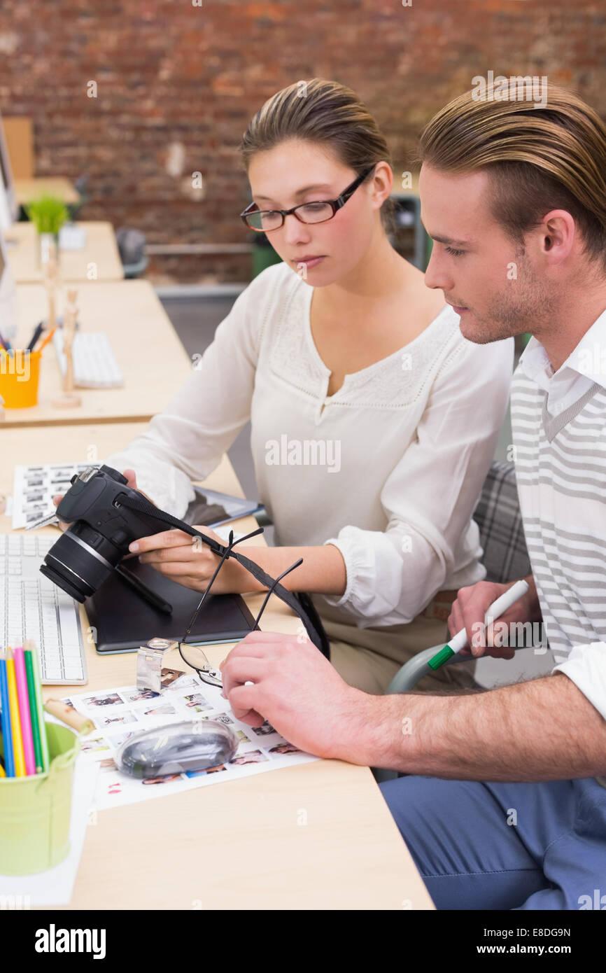 Foto-Editoren Blick in die Kamera im Büro konzentriert Stockbild