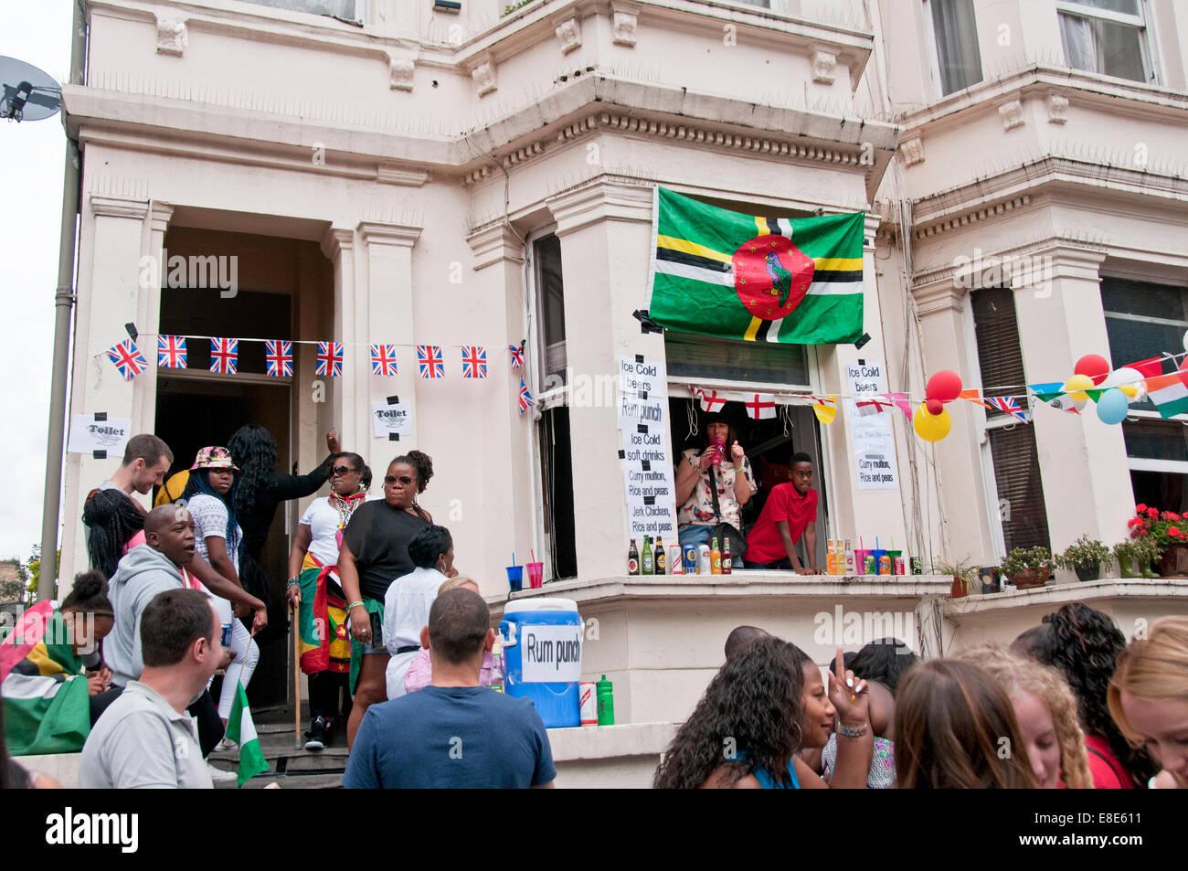 Verkauf von Essen und trinken aus ihren Häusern während der jährlichen Notting Hill Carnival in London Stockbild