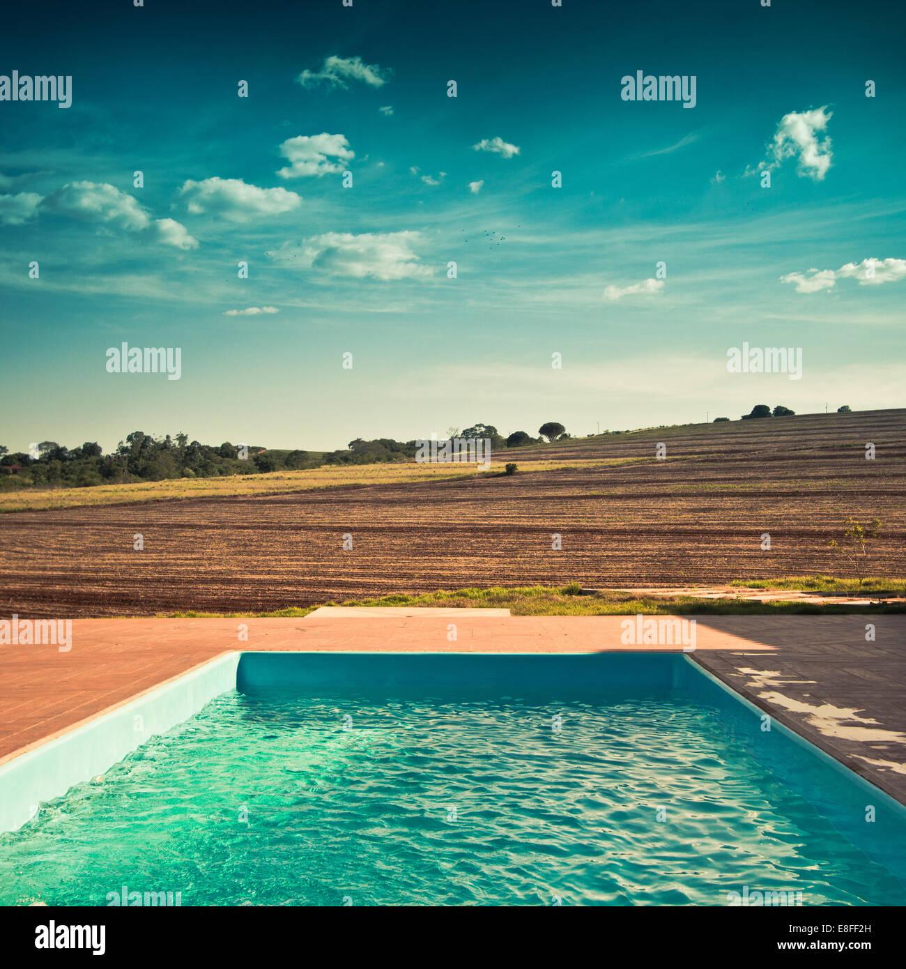 Outdoor-Pool und Blick über die Felder Stockbild