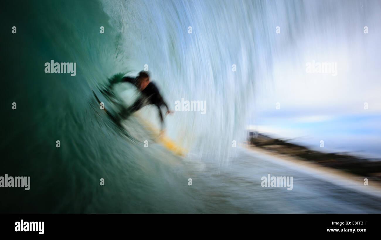 Surfer auf der Welle Stockbild