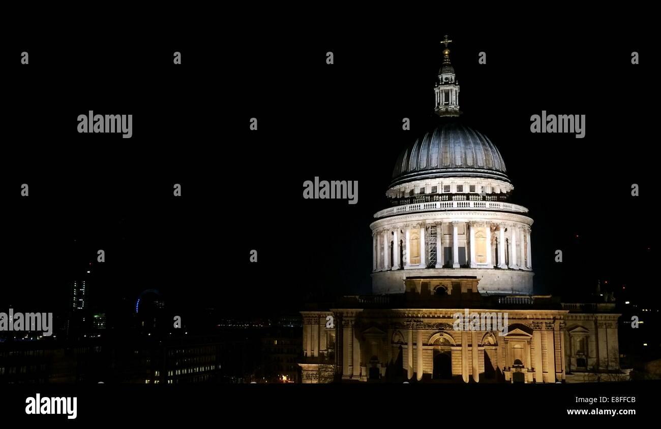 UK, London, Kuppel der St. Pauls Kathedrale bei Nacht Stockbild