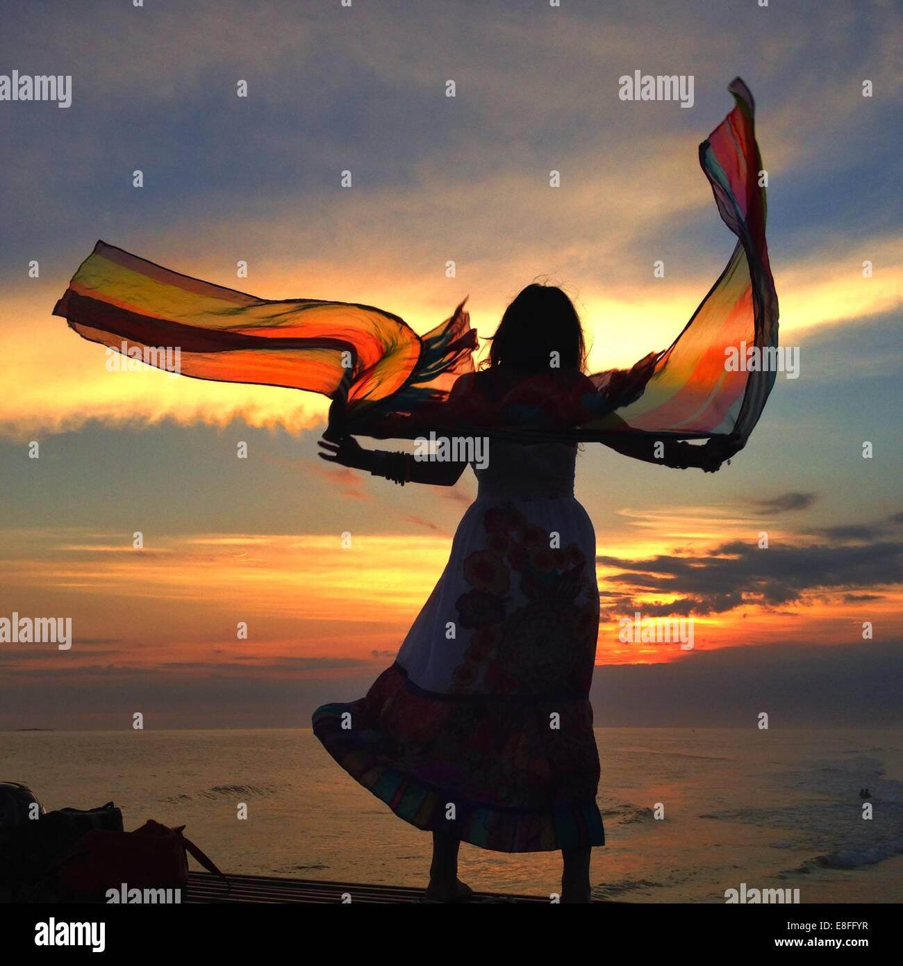 Frau mit fließenden Schal Stockbild