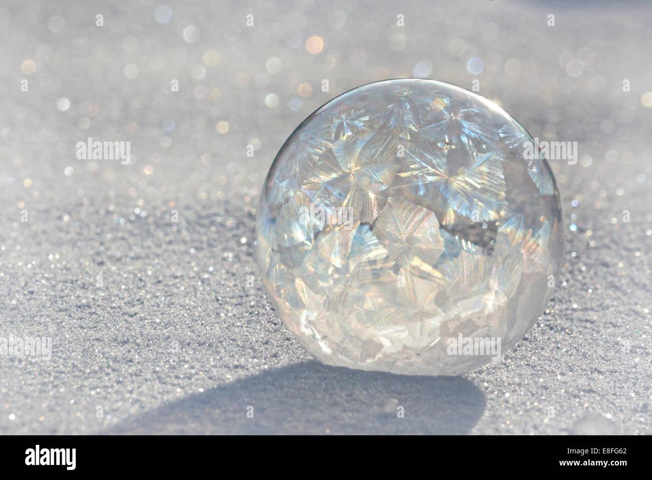 Gefrorene Seifenblase auf Eis Stockbild