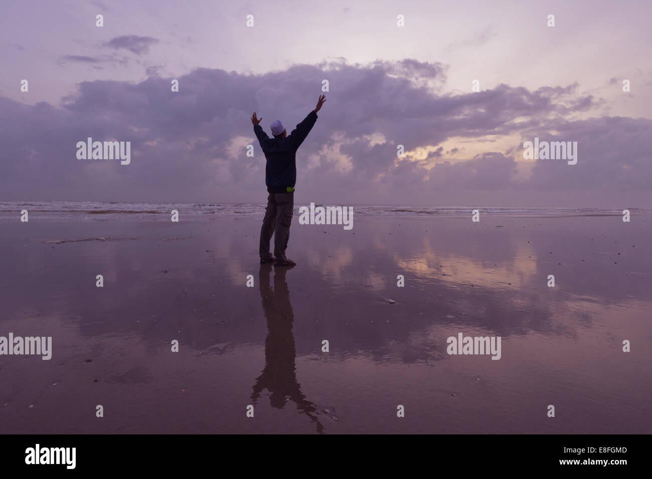 Kuantan, Malaysia Silhouette des Mannes am Strand am Morgen Tag Stockbild