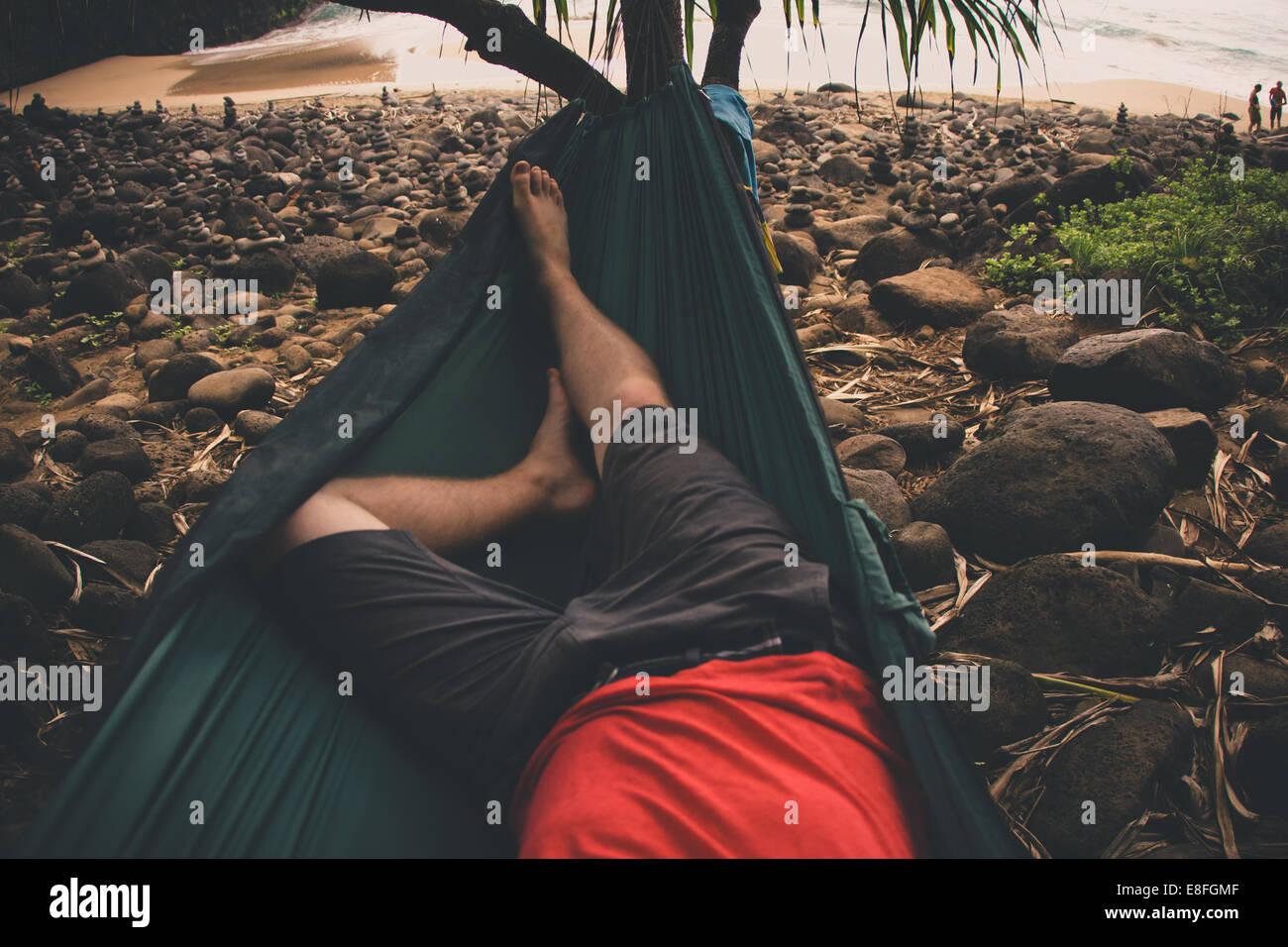 USA, Hawaii Inseln Kauai, niedrige Abschnitt des Mannes entspannen auf der Hängematte Stockbild