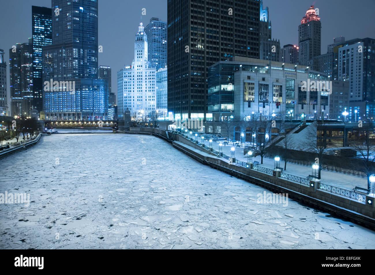 USA, Illinois, Chicago, Frozen River in der Stadt bei Nacht Stockbild