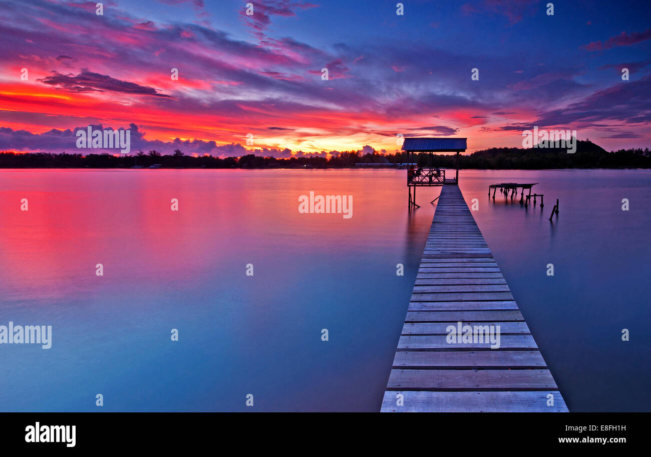 Malaysia, Tuaran Sabah, Sonnenuntergang über Gayang Dorf Stockbild