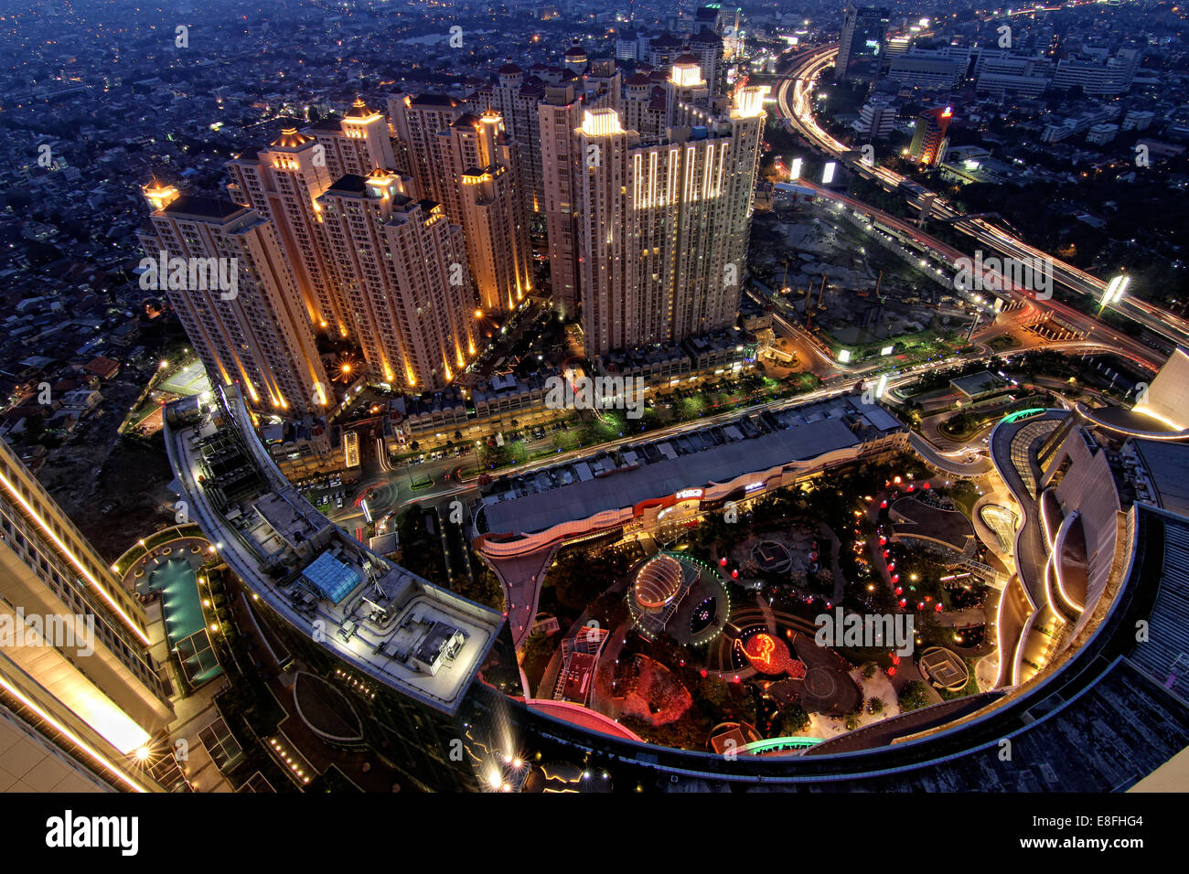 Indonesien, Jakarta spezielle Hauptstadtregion Daerah Khusus Ibukota Jakarta, Letjen S Parman Nacht Stadtbild von Stockbild