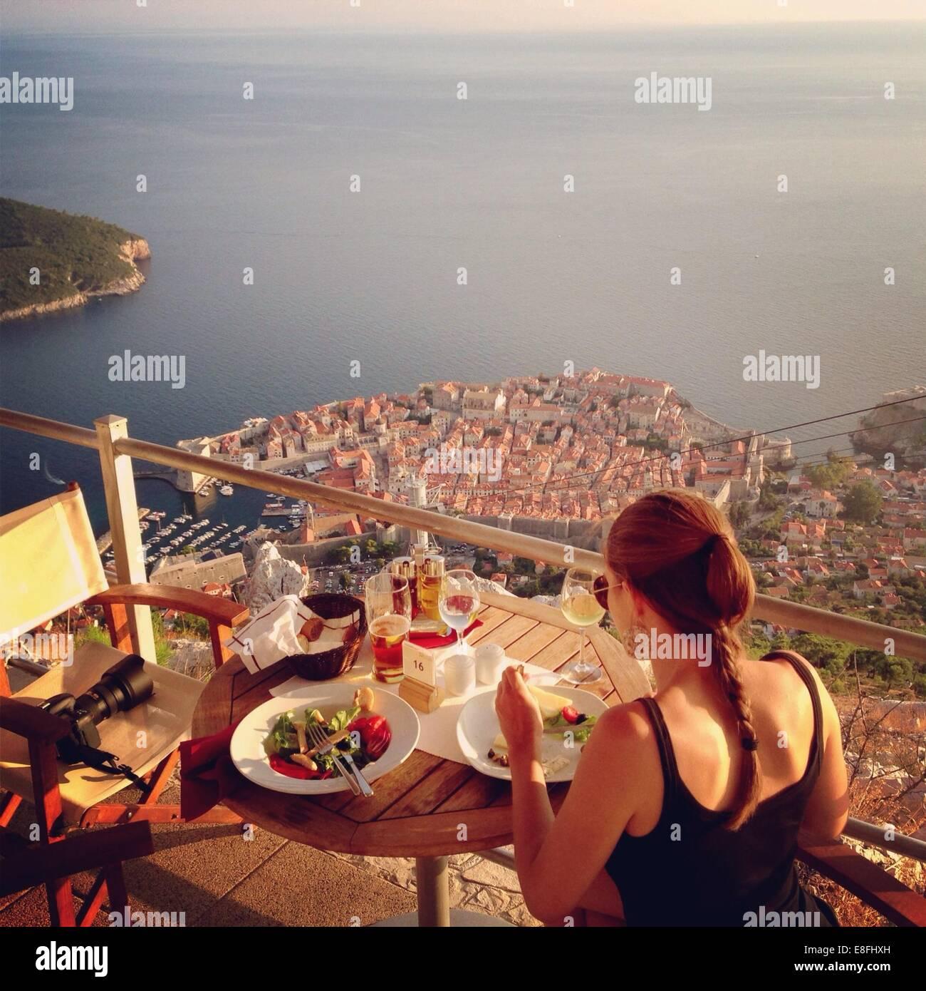 Kroatien, Dubrovnik, Abendessen am Balkon Stockbild