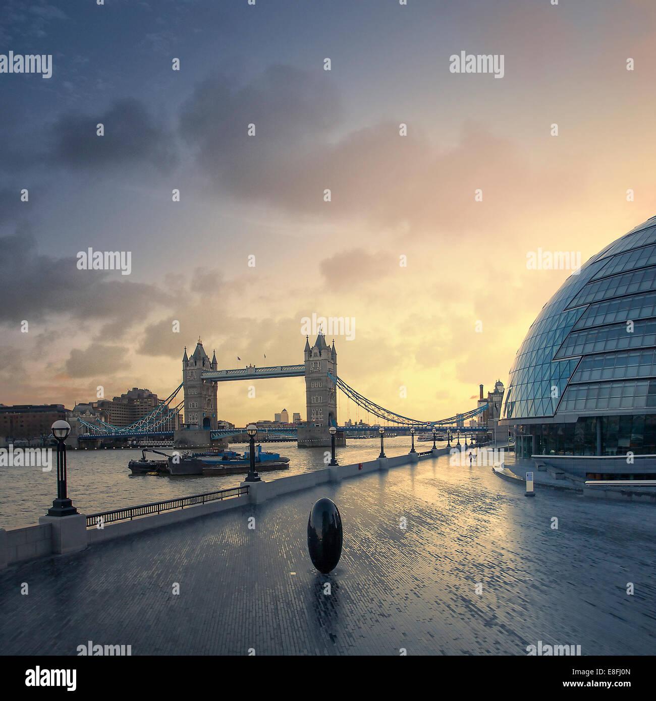 Tower Bridge bei Dämmerung, London, England, UK Stockbild