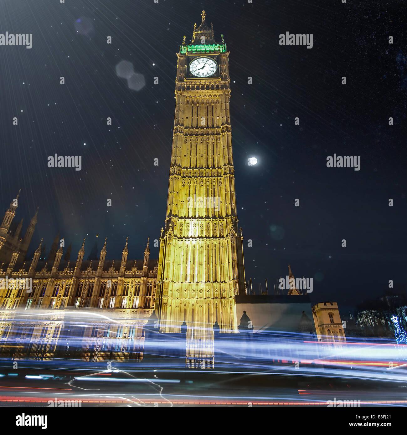 Big Ben in der Nacht mit Lichtspuren, London, England, UK Stockbild