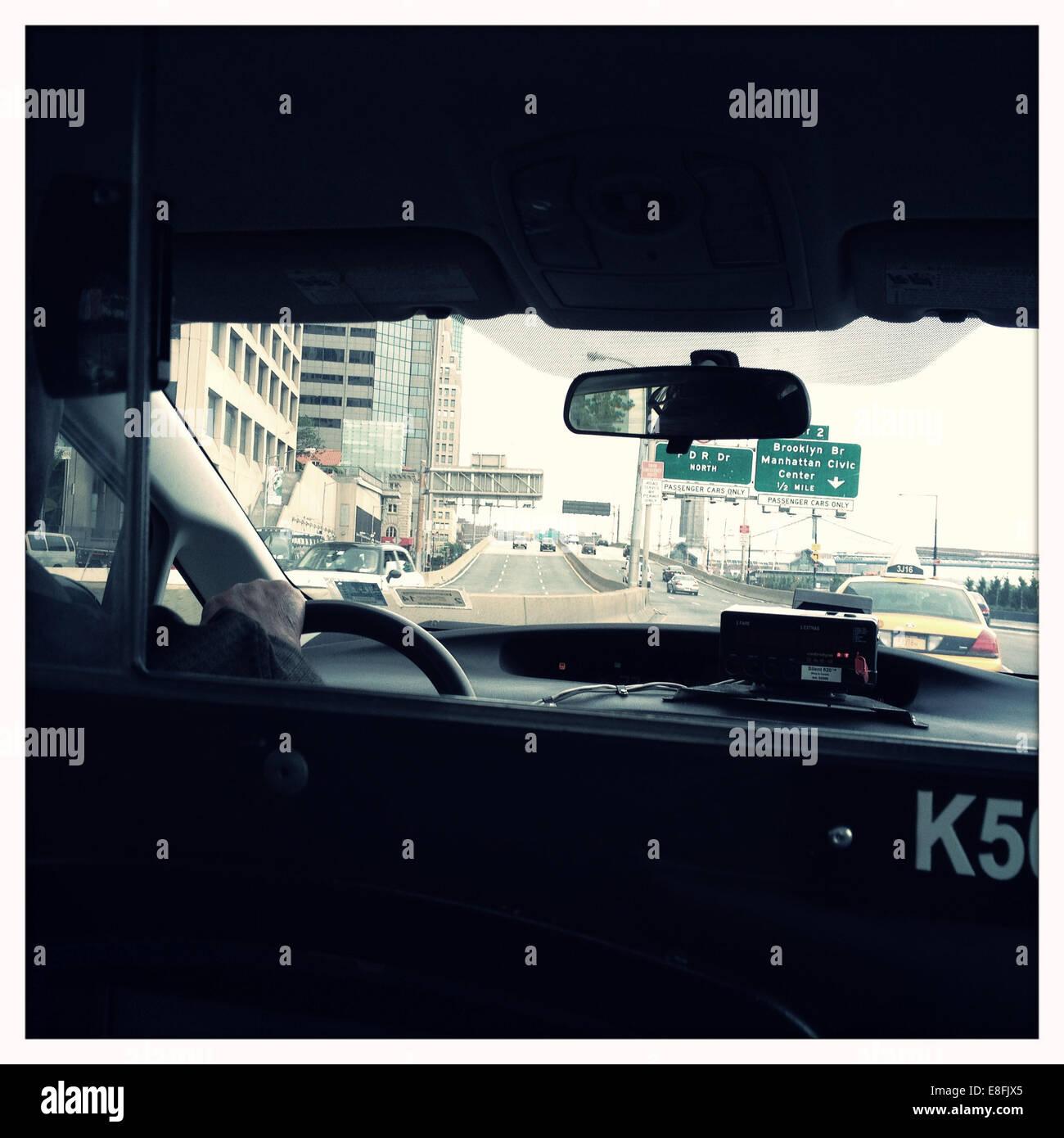 USA, Staat New York, New York City, Manhattan, Straßenszene aus im Fahrerhaus Stockbild