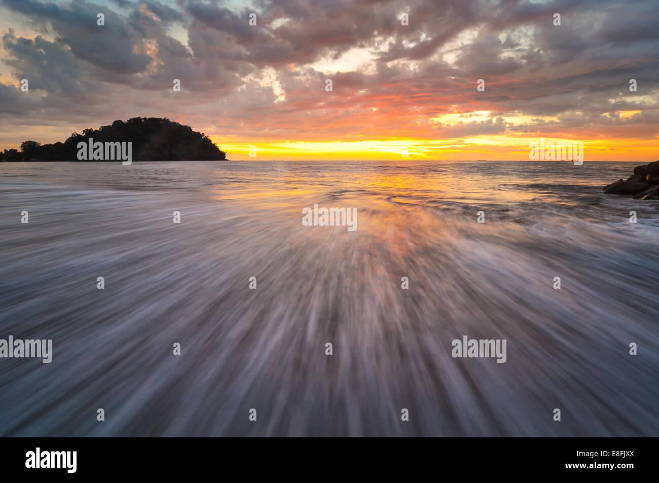 Indonesien, Padang, Taplau Strand, Welle und Sonnenuntergang Stockbild