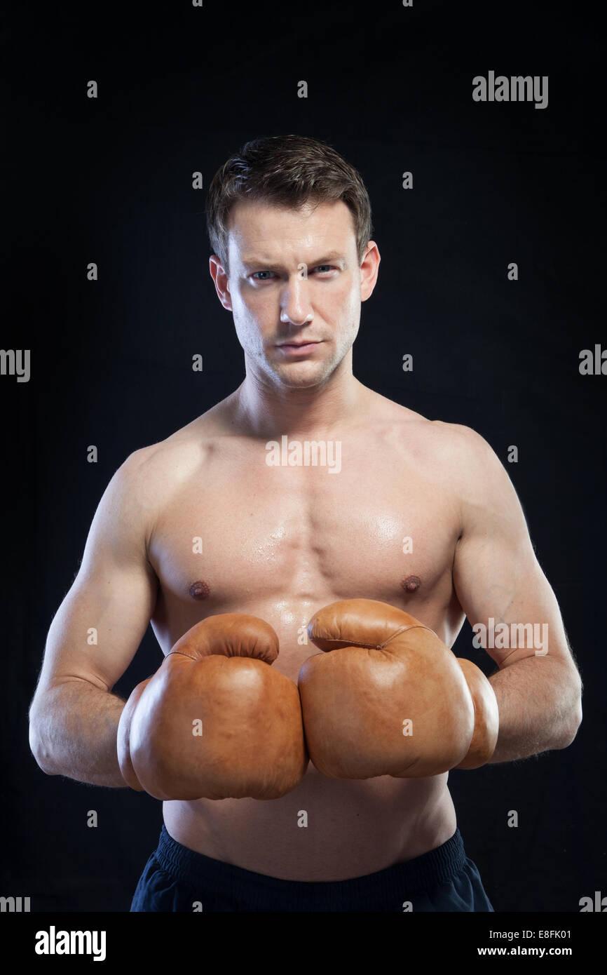 Boxer mit schwarzem Hintergrund Stockbild