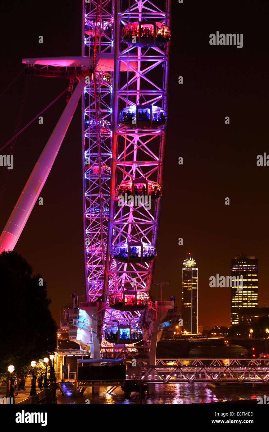 Vereinigtes Königreich, England, London, London Eye mit Vauxhall Tower und Millbank Tower im Hintergrund Stockbild