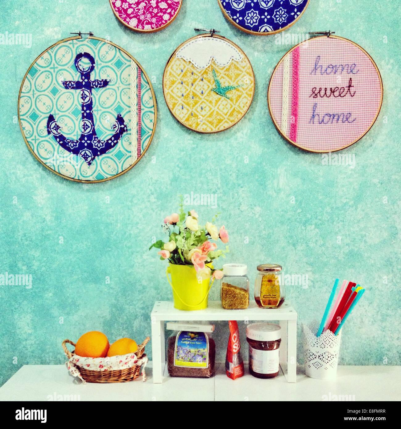 Nach Hause süße Heimat Anordnung von Lebensmittel, Blumen und Dekorationen Stockbild