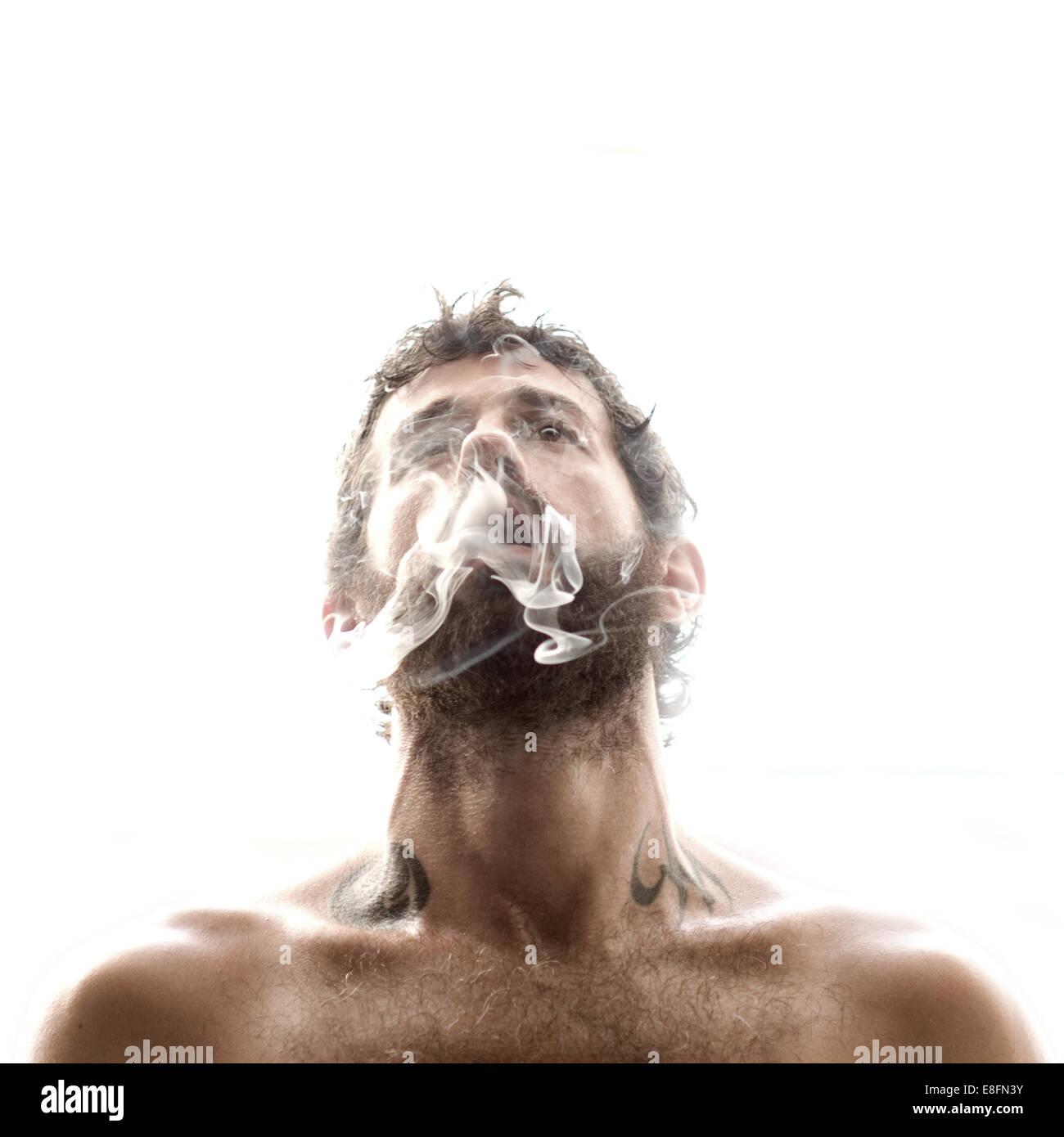 Mann Rauch Ausatmen Stockbild