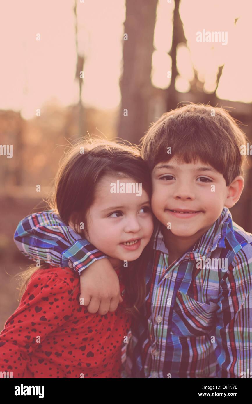 Bruder und Schwester (2-3) im park Stockbild