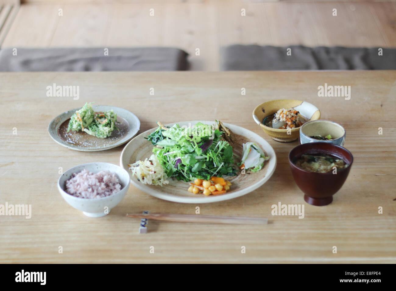 Japan, Abendessen am Holztisch Stockbild