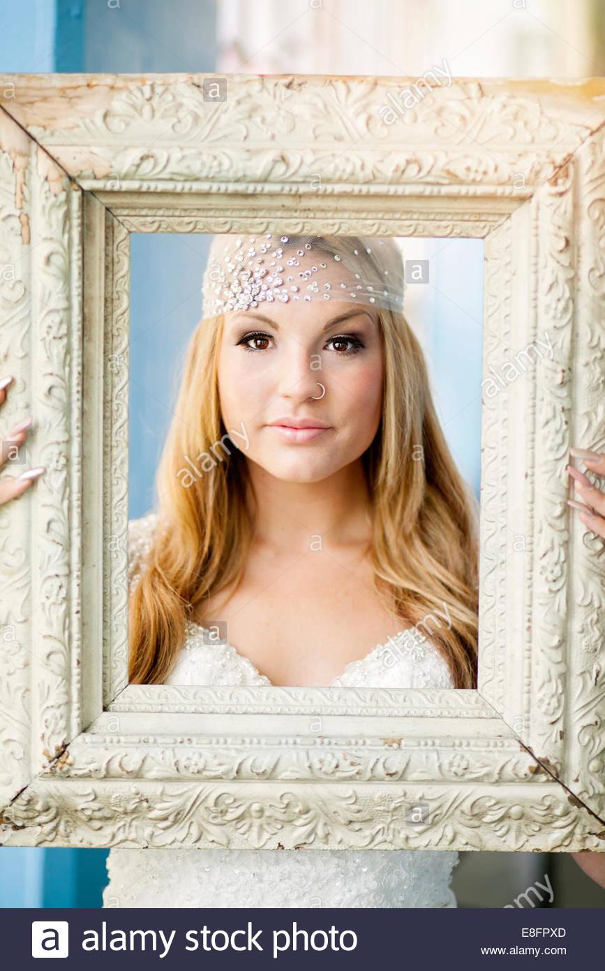Braut hält Bilderrahmen Stockbild