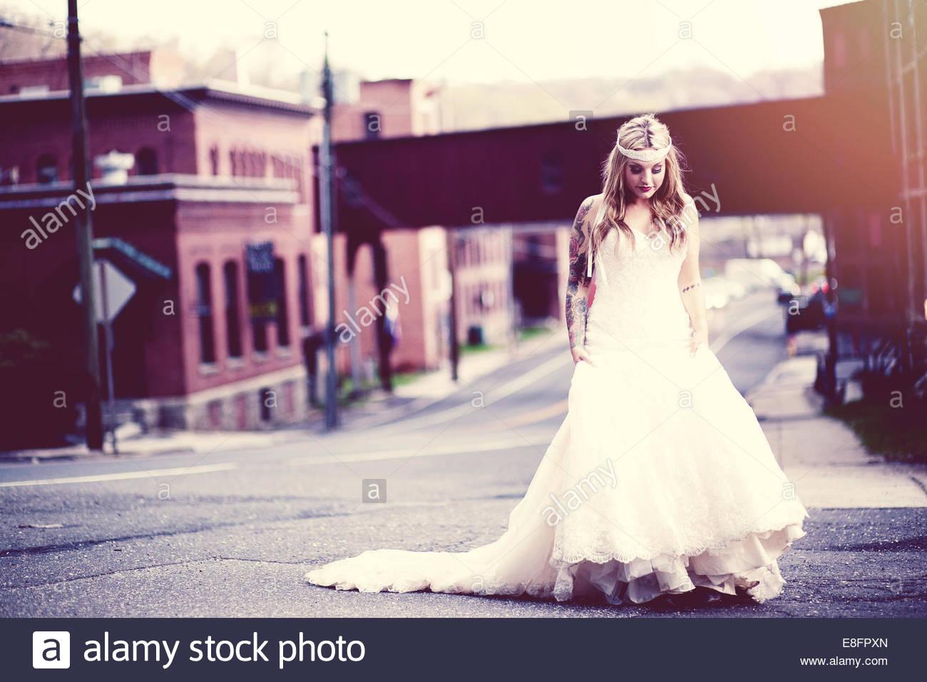 Braut auf Straße Stockbild