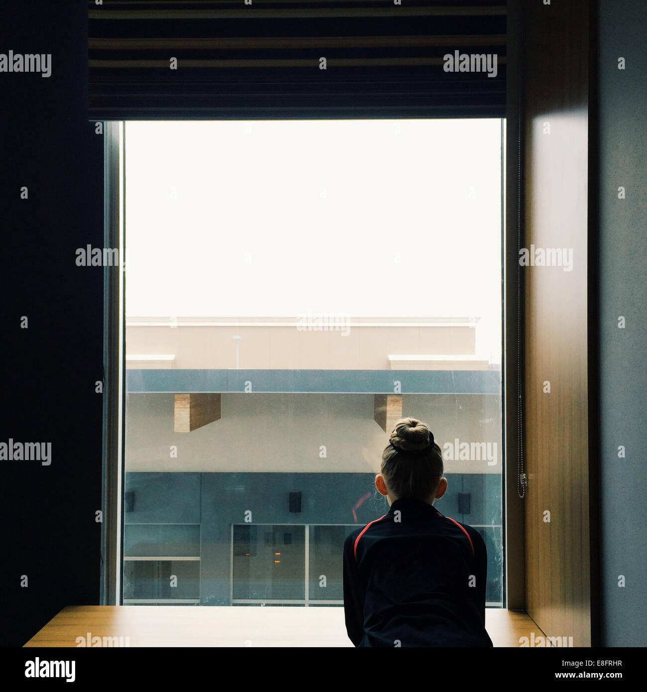 Mädchen (8-9) Blick aus Fenster Stockbild