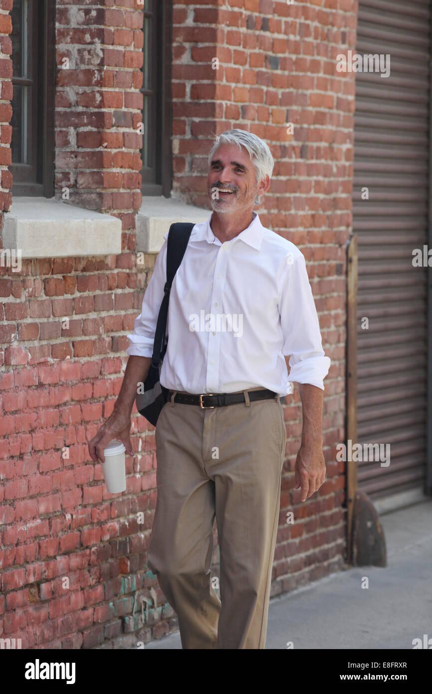 Geschäftsmann auf Straße Stockbild