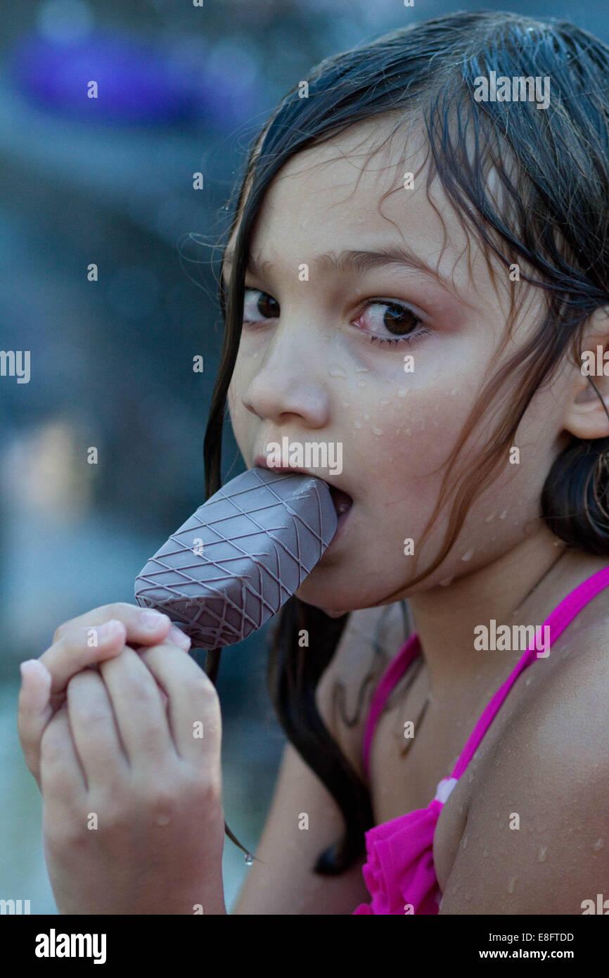 Mädchen ein Eis essen Stockbild