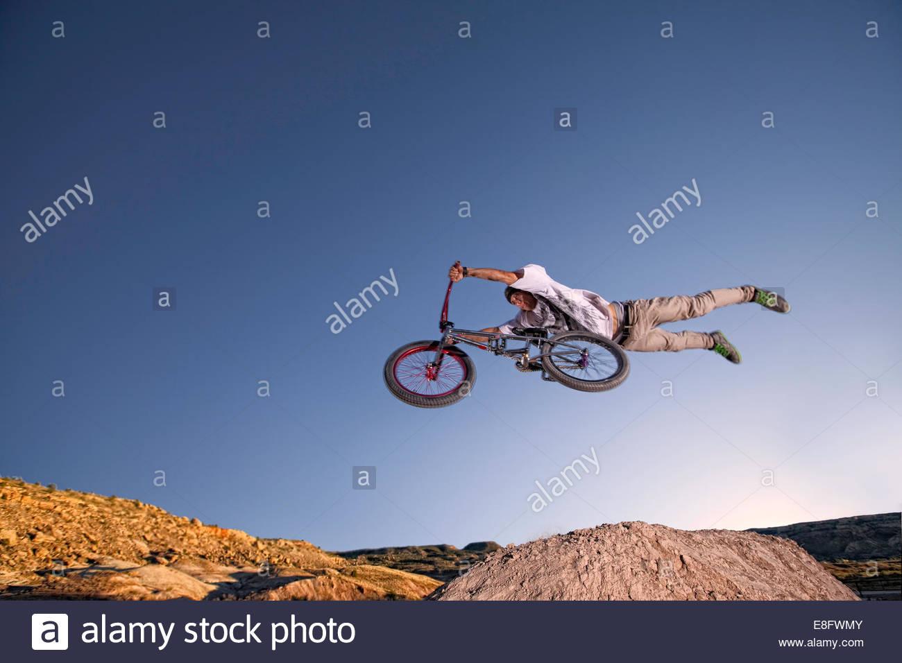 Niedrigen Winkel Blick des jungen Mannes auf BMX-Rad springen Luft Stockbild