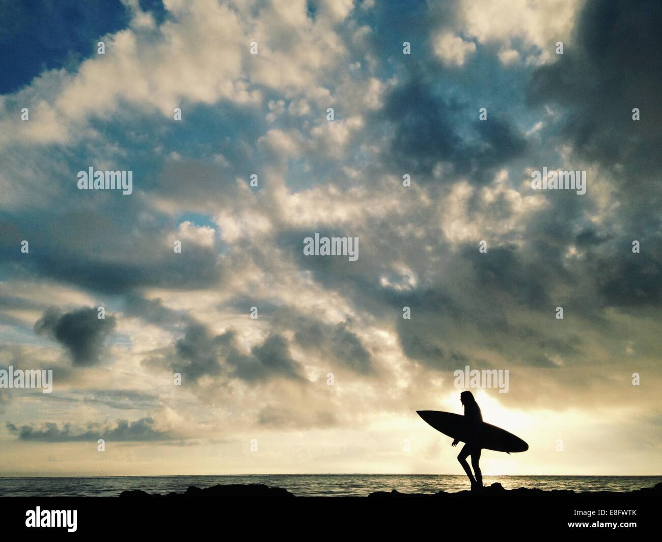 USA, Florida, Duval County, Silhouette von Surferin Stockbild
