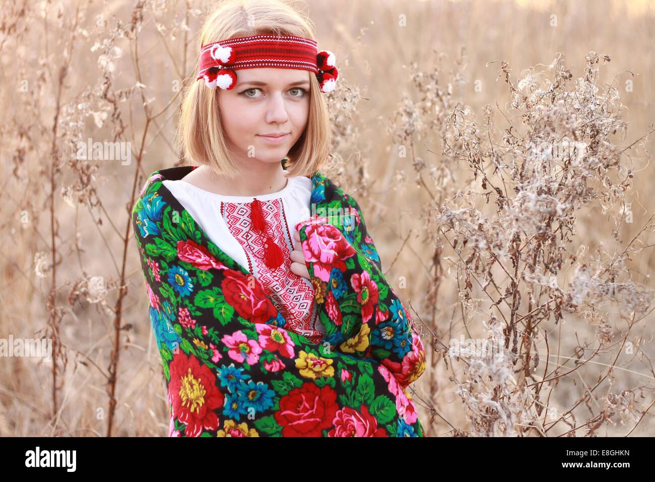 Porträt der jungen Frau mit traditionellen Schal Stockbild