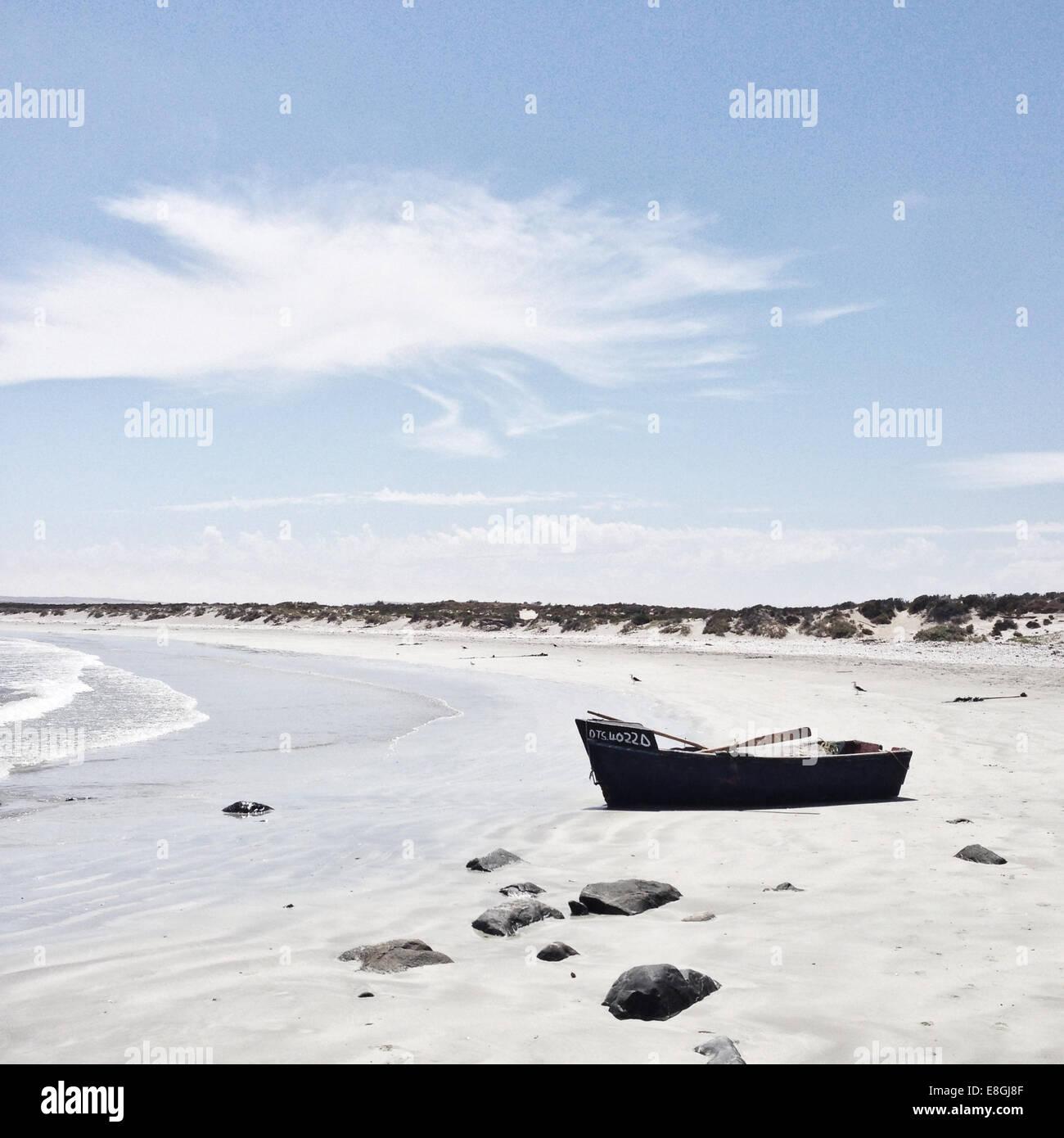Verlassene Boot am Strand Stockbild