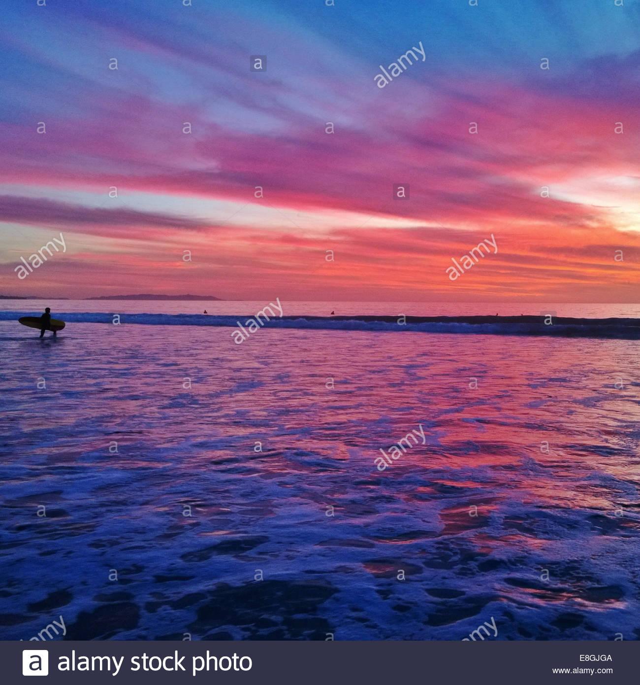Silhouette der Surfer bei Sonnenuntergang Stockbild