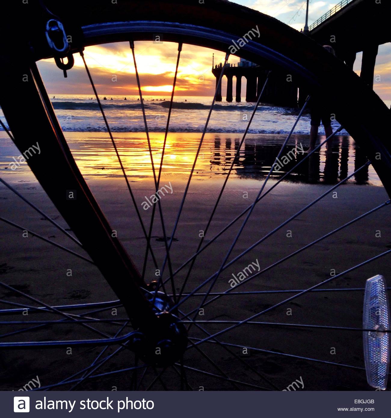 Ozean durch Rad bei Sonnenaufgang Stockbild