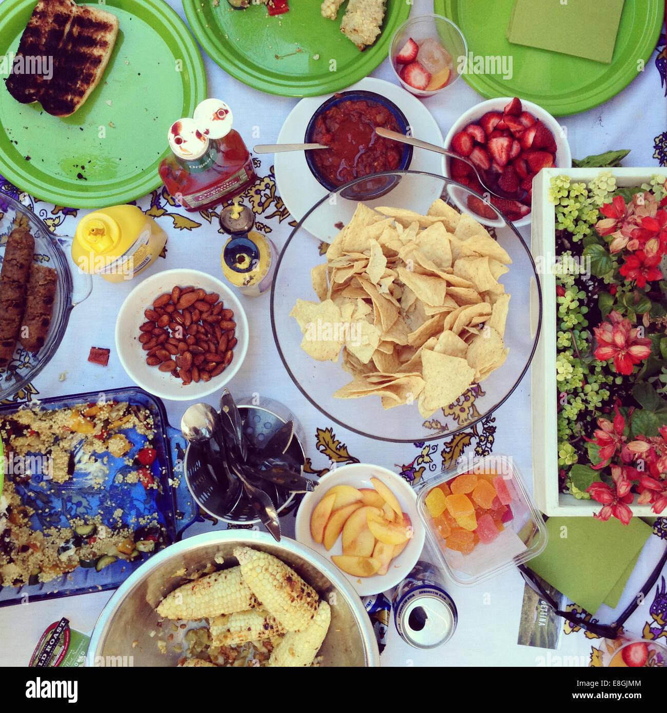 Tabelle mit gegrillte Speisen Stockbild