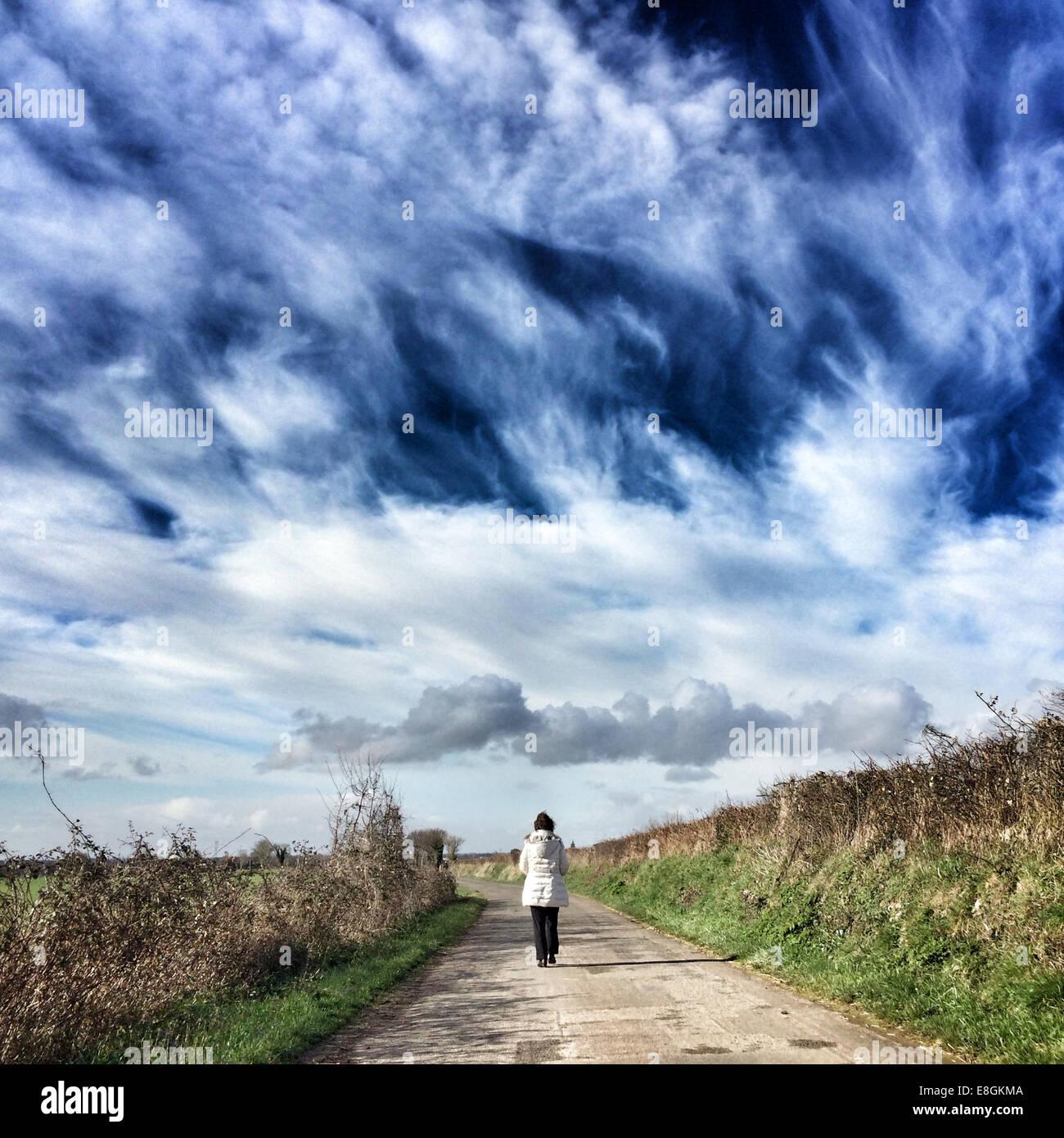 Frau zu Fuß auf Weg Stockbild