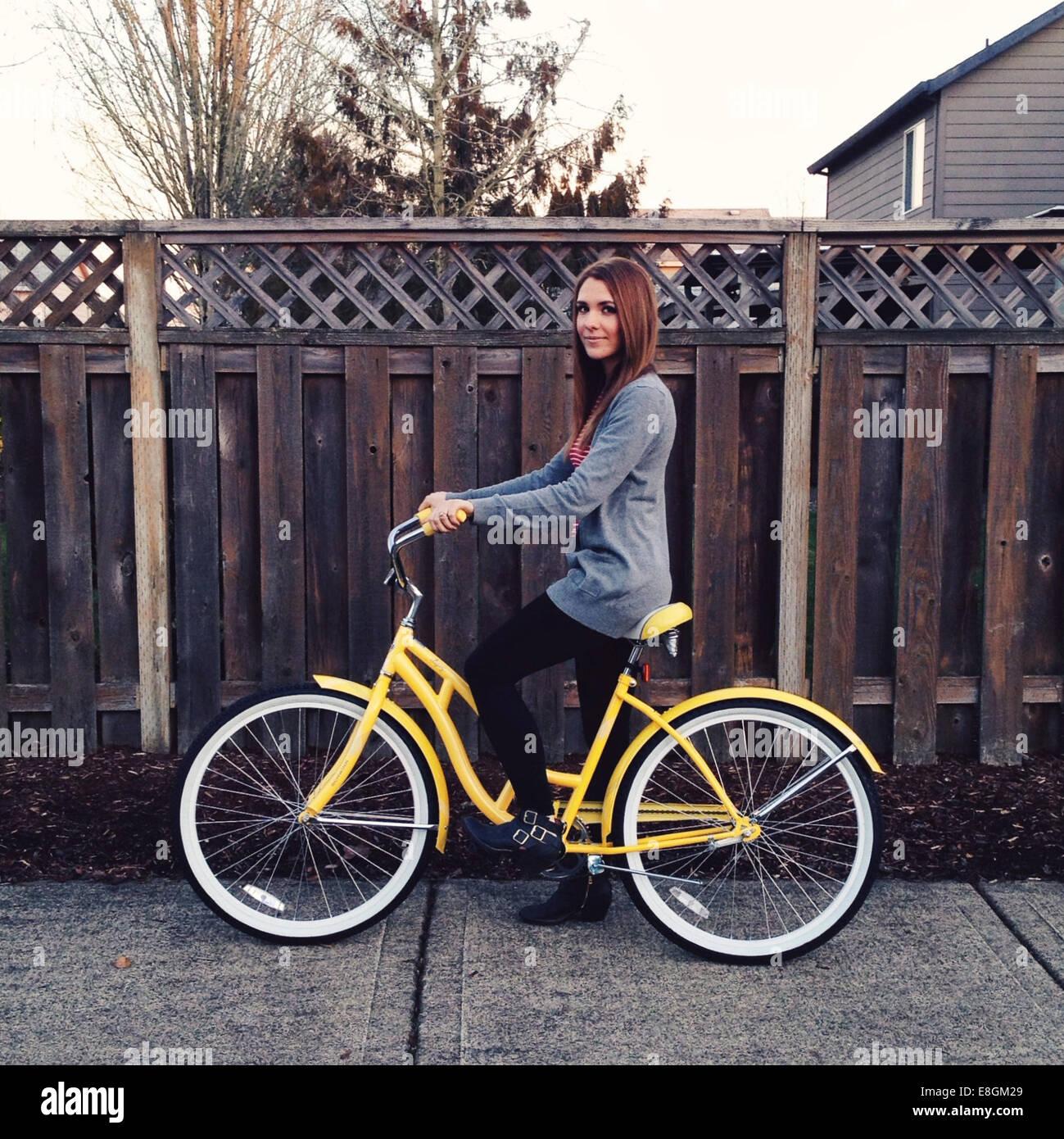 USA, Oregon, Portland, Multnomah County Porträt der jungen Frau auf dem Fahrrad Stockbild