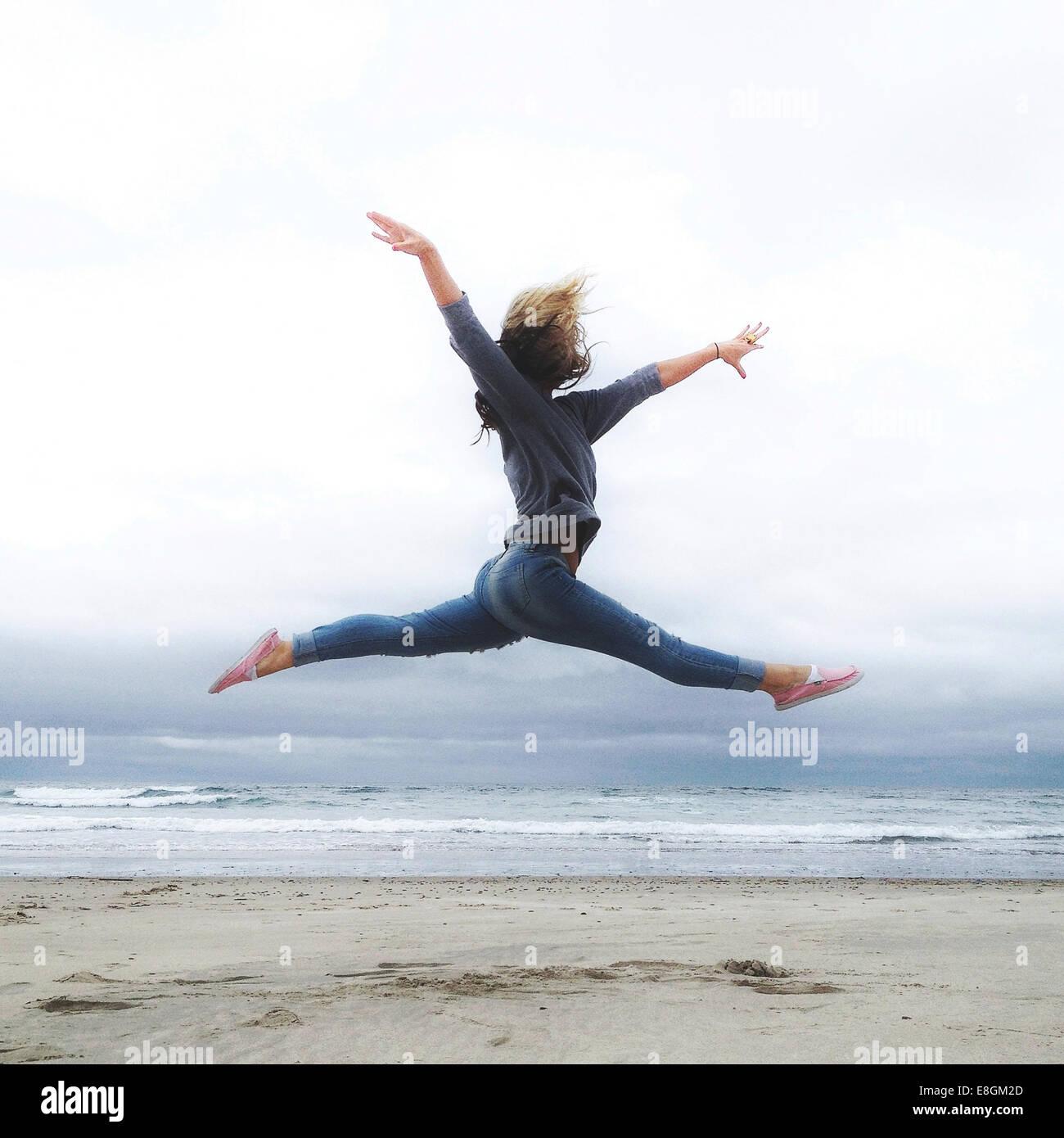 USA, Oregon, Tillamook County, Rockaway Beach, junge Frau üben Ballett am Strand Stockbild