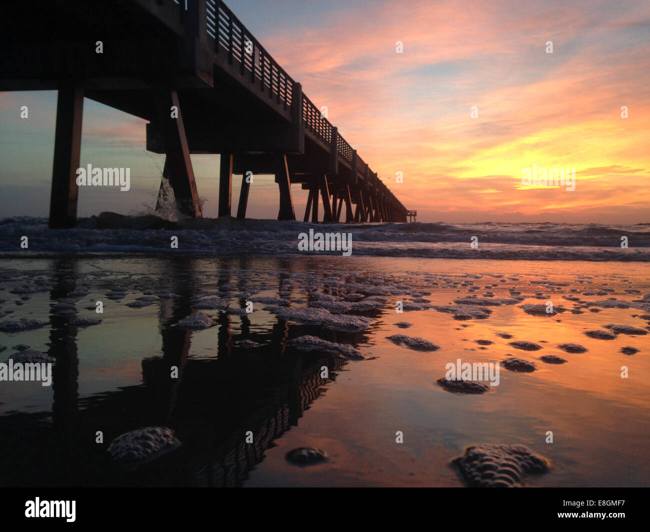 USA, Florida, Jacksonville Beach, Sonnenaufgang über pier Stockbild