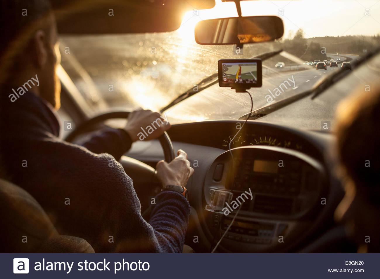 Zugeschnittenes Bild des Menschen fahren Auto mit GPS von Tochter Stockbild