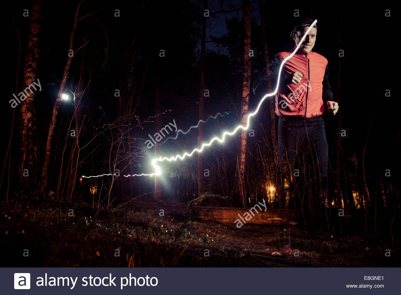 Mann läuft mit leichten Trails im Wald Stockbild