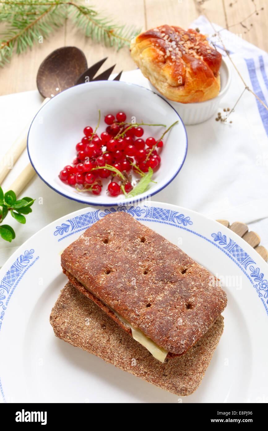 Zwei Stück dunkle, saures Brot in Finnland Stockbild