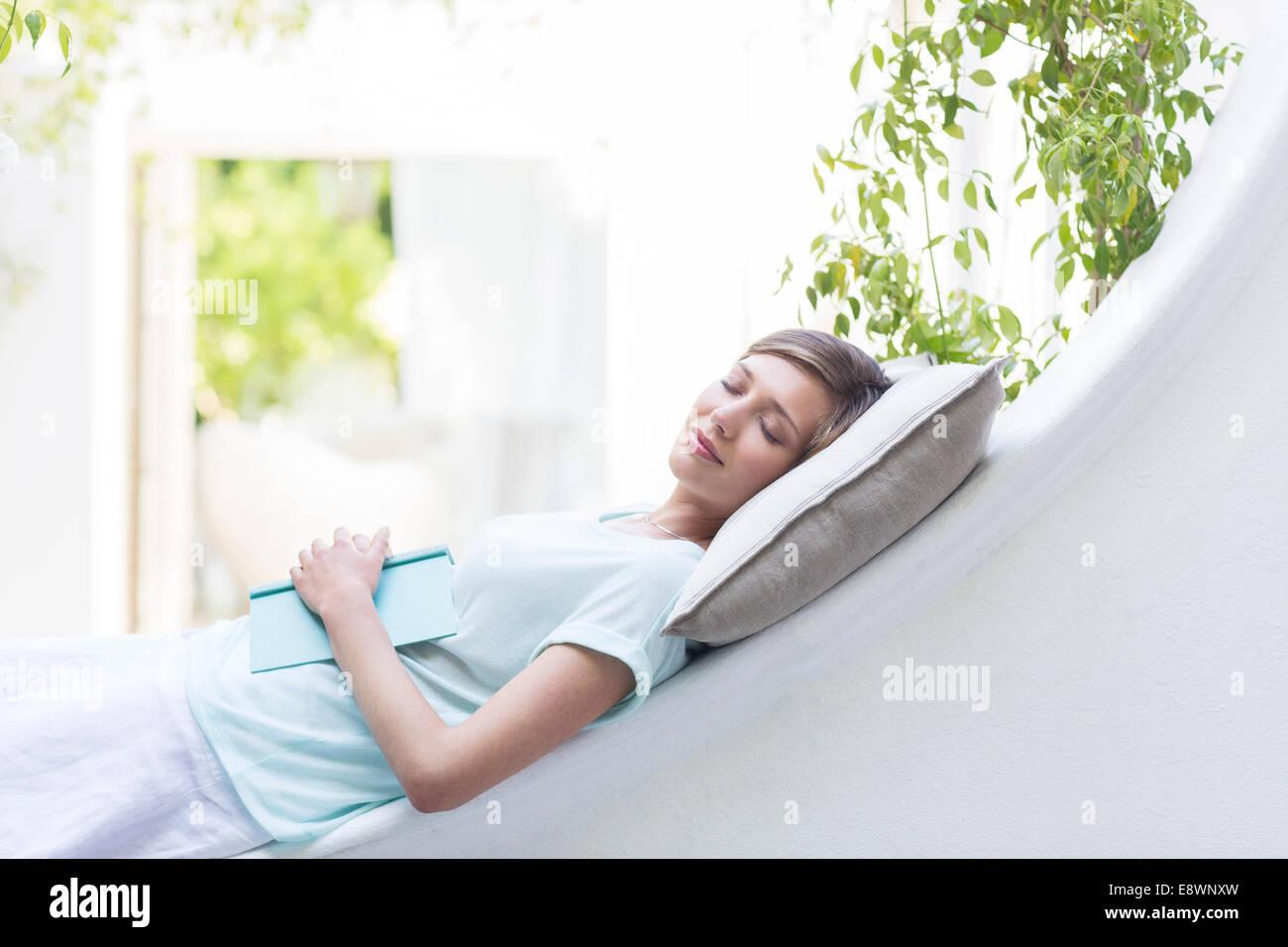 Entspannen Sie sich auf Kissen im freien Frau Stockbild