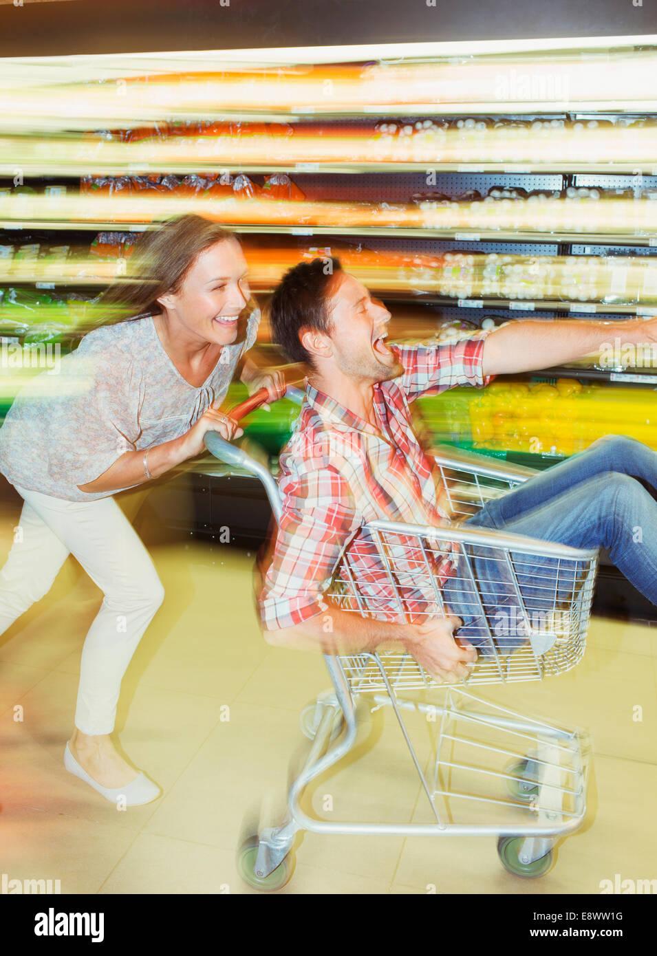Verschwommene Sicht auf paar spielen im Supermarkt Stockbild