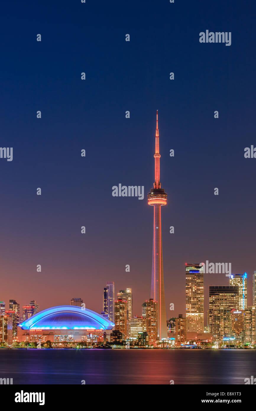 Berühmte Skyline von Toronto mit dem CN Tower und Rogers Centre nach Sonnenuntergang die Toronto Islands entnommen. Stockbild